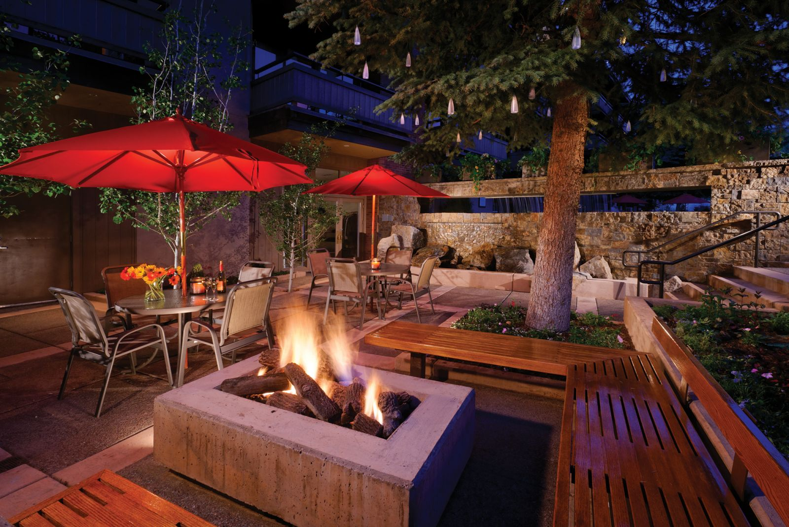 Aspen Square Condominium Hotel Courtyard at night