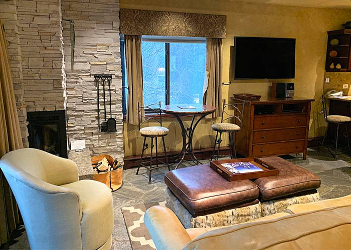 Aspen Square Hotel Fireplace Studio Apartment: Fireplace Studio Sitting Area