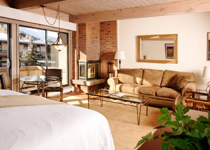 Aspen Square Hotel Fireplace Studio: Bedroom