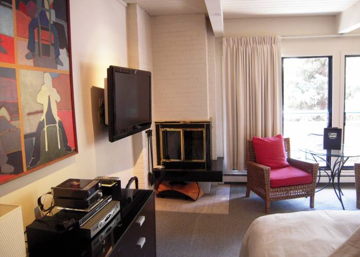 Aspen Square Hotel One Bedroom/Two Bath Standard: Fireplace