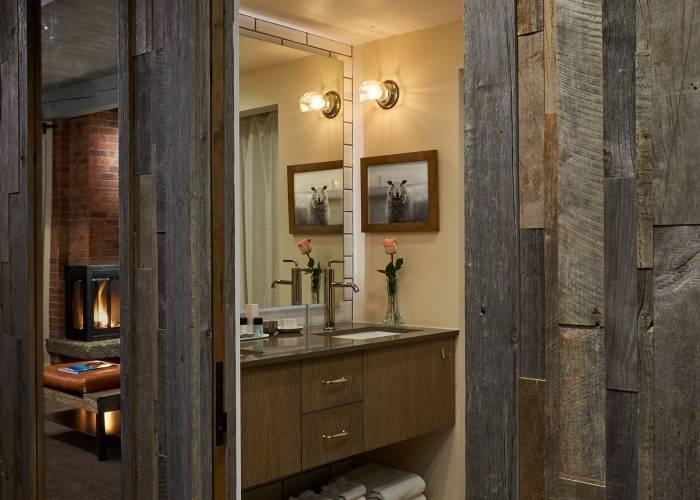 Aspen Square Hotel Fireplace Studio: Bathroom
