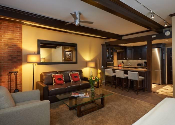 Aspen Square Hotel Fireplace Studio: Living Room