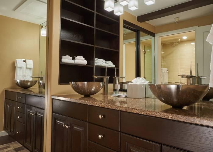 Aspen Square Hotel Fireplace Studio Apartment: Bathroom