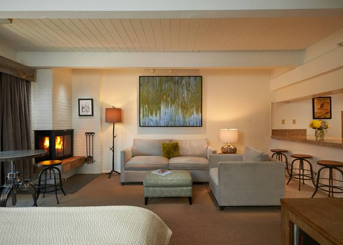 Aspen Square Hotel Fireplace Studio Apartment: Living Room
