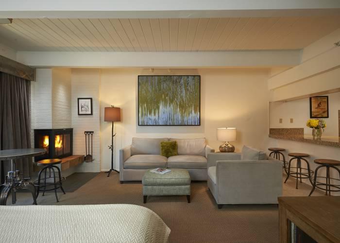 Aspen Square Hotel Fireplace Studio Apartment: Living Area