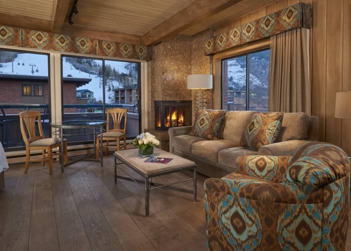 Aspen Square Hotel Fireplace Studio Apartment: Main Room