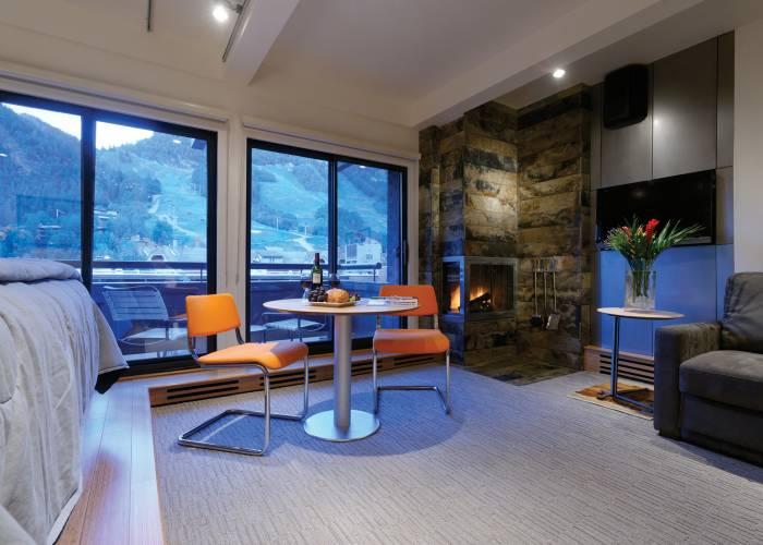 Aspen Square Hotel Fireplace Studio Apartment: Suite Windows